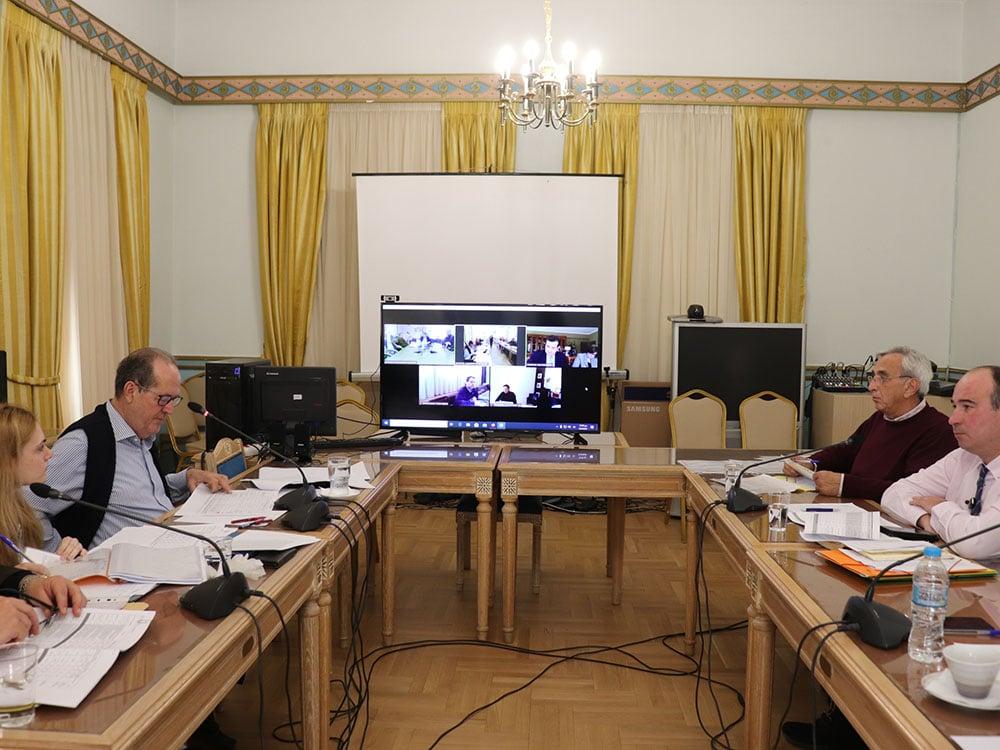 Tηλεδιάσκεψη των πέντε χωρικών αντιπεριφερειαρχών υπό τον περιφερειάρχη Παναγιώτη Νίκα για την πίστωση 10 εκ. ευρώ στις Π.Ε. για αναβάθμιση του οδικού δικτύου