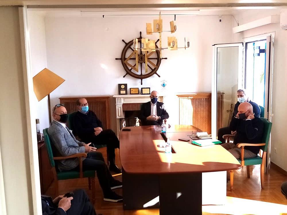 Λήψη μέτρων για την αποκατάσταση της ασφαλούς ναυσιπλοΐας στην διώρυγα της Κορίνθου αποφασίστηκε σε σύσκεψη στον Ισθμό