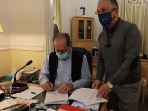 Συμβάσεις για την παράκαμψη Δολιανών και την επισκευή του κτηρίου Δημητρακόπουλου στην Καρύταινα υπέγραψε ο περιφερειάρχης Π. Νίκας