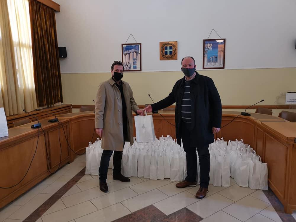 Υλικό ατομικής προστασίας παρέδωσε ο αντιπεριφερειάρχης Κορινθίας στον πρόεδρο του Ιατρικού Συλλόγου του νομού