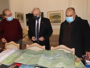 Παραδόθηκε στον περιφερειάρχη Π. Νίκα από τον καθηγητή του ΕΚΠΑ Ευθ. Λέκκα η μελέτη για το Πολυλίμνιο, προοπτική και για μελέτη λιμνοδεξαμενών