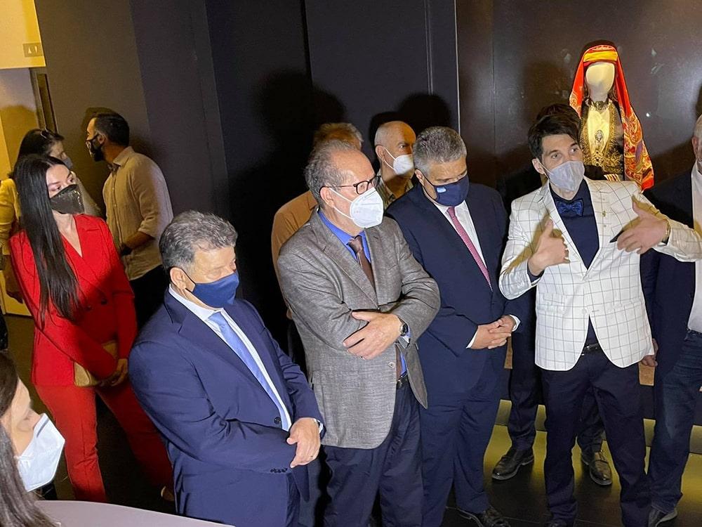 """Στα εγκαίνια της επετειακής εικαστικής έκθεσης """"Ηρωες από Μέταλλο"""", στην Καλαμάτα, παρέστη ο περιφερειάρχης Πελοποννήσου Π. Νίκας"""